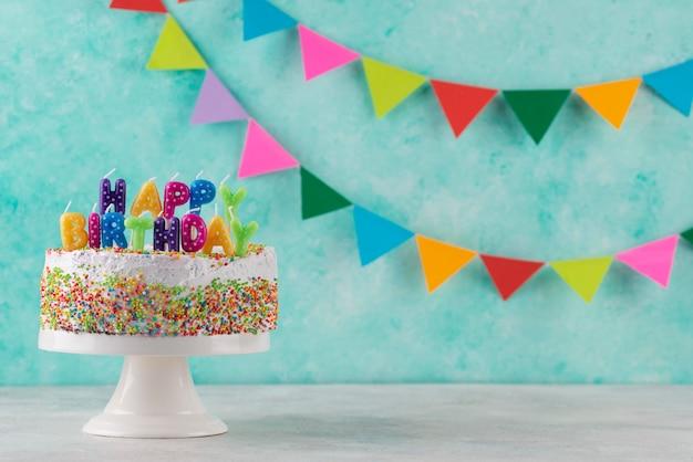 Leckerer kuchen und partyschmuck