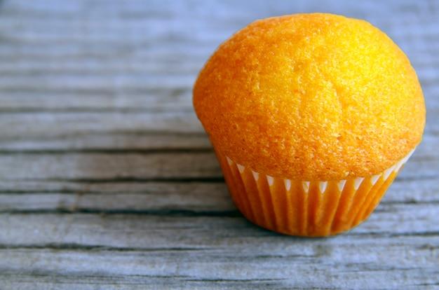 Leckerer muffinkuchen auf altem hölzernem hintergrund. selektiver fokus. kopierraum.