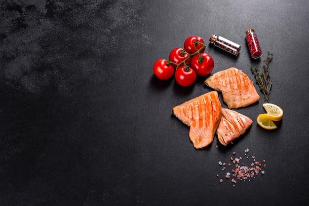Leckerer saibling aus frischem rotem fisch, gebacken auf einem grill. quelle für omega, gesunde nahrung