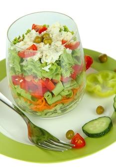Leckerer salat mit frischem gemüse, isoliert auf weiß