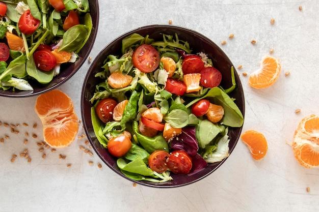 Leckerer salat mit gemüse und obst
