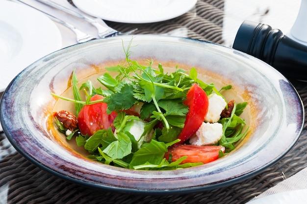 Leckerer salat mit käsetomaten und rucola im restaurant