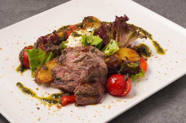 Leckerer salat mit rindfleischgemüse und weichkäse