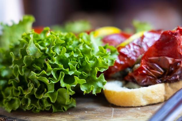 Leckerer salat und rote paprika auf teller