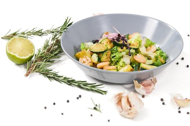 Leckerer salat zur aufrechterhaltung des körpergewichts zu hause