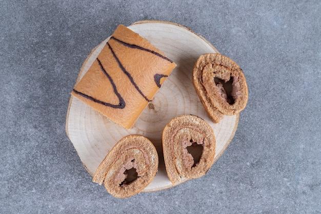 Leckerer schokobrötchenkuchen auf holzstück