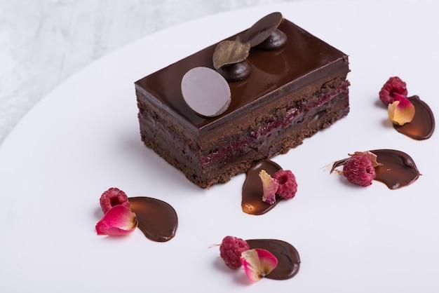 Leckerer schokoladenkuchen auf einem weißen teller