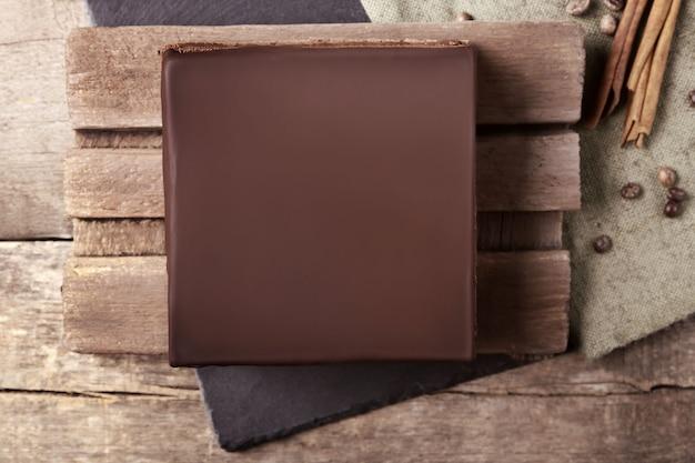 Leckerer schokoladenkuchen auf schneidebrett, ansicht von oben