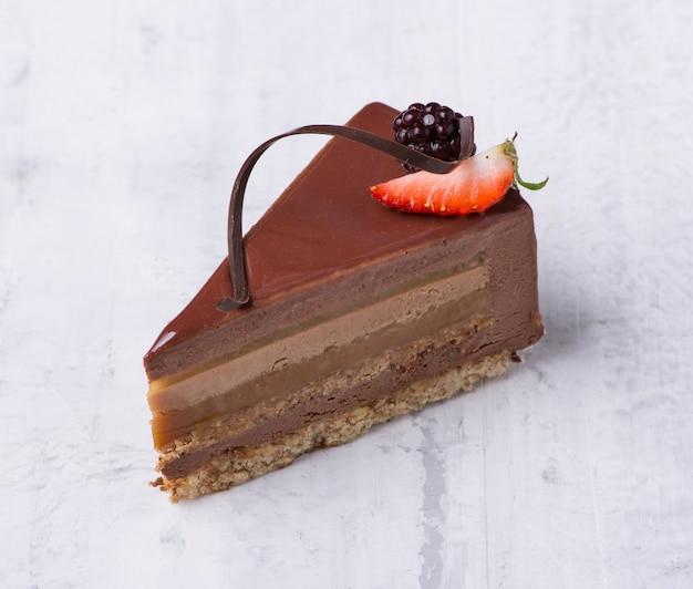 Leckerer schokoladenkuchen auf weißem hintergrund