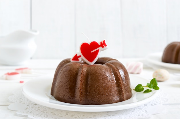 Leckerer schokoladenpudding auf tellern auf einer weißen holzoberfläche. leichtes kalorienarmes dessert zum frühstück.