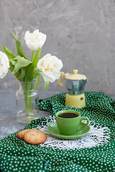 Leckerer snack. tasse kaffee und ein teller mit keksen.