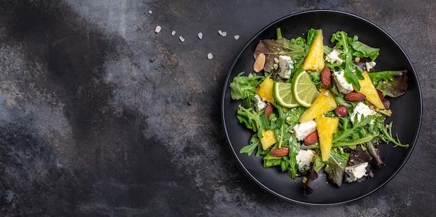 Leckerer sommerlicher appetitlicher sommersalat mit nüssen, blauschimmelkäse, ananas
