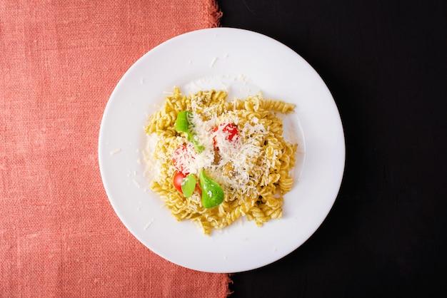 Leckerer teller mit nudeln mit kirsche und parmesan, bio-lebensmittel
