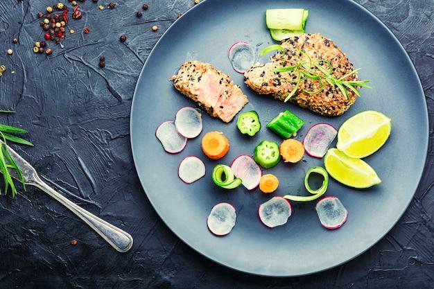 Leckerer thunfisch-gemüse-salat