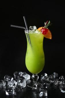 Leckerer tropischer alkoholischer cocktail