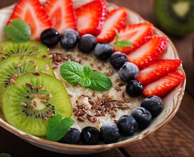 Leckerer und gesunder haferbrei mit früchten, beeren und leinsamen. gesundes frühstück. fitness essen. richtige ernährung.