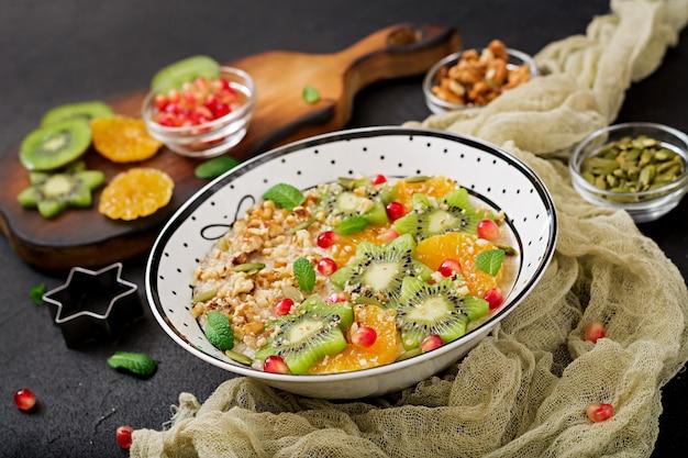 Leckerer und gesunder haferbrei mit früchten, beeren und nüssen. gesundes frühstück. fitness essen. richtige ernährung