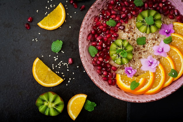 Leckerer und gesunder haferbrei mit obst-, beeren- und leinsamen. gesundes frühstück. fitness essen. richtige ernährung.