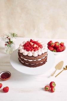 Leckerer und süßer kuchen mit erdbeeren auf einem teller