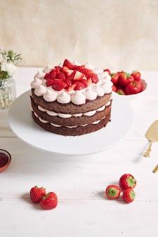 Leckerer und süßer kuchen mit erdbeeren und baiser auf einem teller