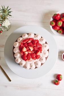 Leckerer und süßer kuchen mit erdbeeren und basier auf einem teller