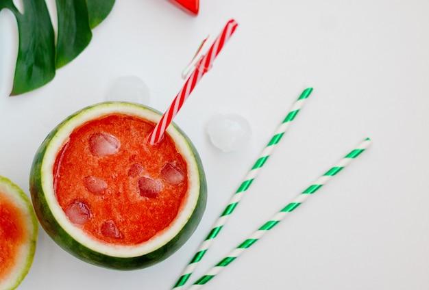 Leckerer wassermelonen-smoothie in der frischen wassermelone