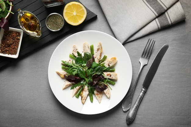 Leckeres abendessen mit hähnchen, rucola, spinat und basilikum auf teller