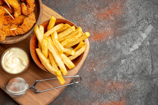 Leckeres abendessen mit knusprigem brathähnchen und kartoffeln mit mayonnaise und ketchup