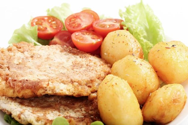Leckeres abendessen mit steaks, salzkartoffeln und salat