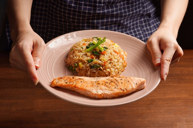 Leckeres abendessen oder mittagessen, gesundes asiatisches essen. gegrillter lachs mit japanischem gebratenem reis und gemüse