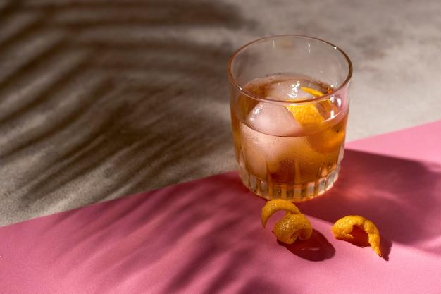 Leckeres alkoholisches getränk zum servieren