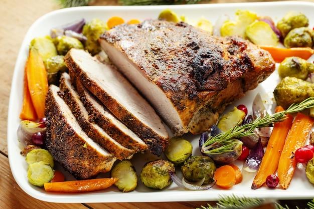 Leckeres, appetitliches gebratenes schweinefleisch mit gemüse zum erntedankfest. nahaufnahme.