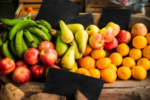 Leckeres arrangement mit frischen früchten
