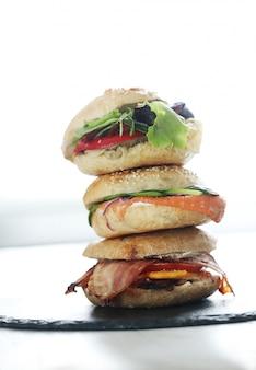 Leckeres bagelsandwich mit speck