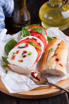 Leckeres baguette mit mozzarella auf einem teller