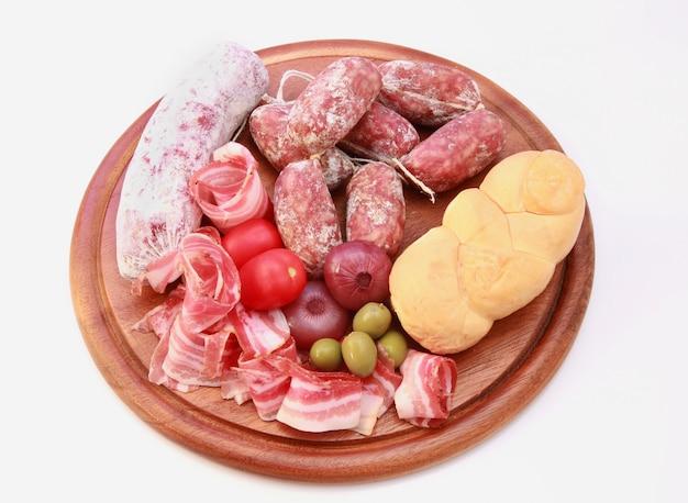 Leckeres brett mit salami, schinken und brot