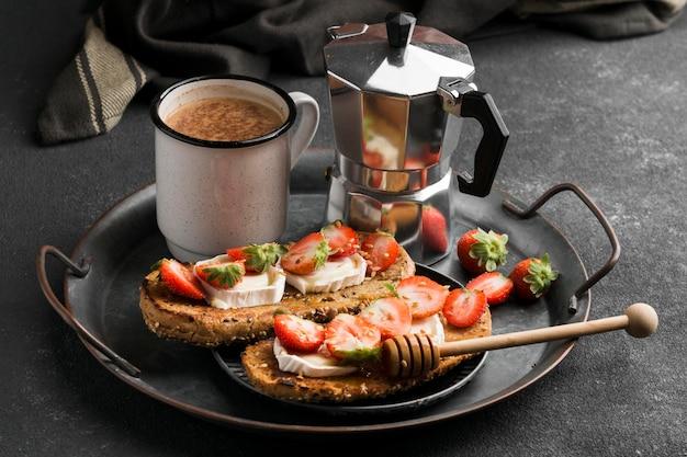 Leckeres brot mit erdbeere und honig