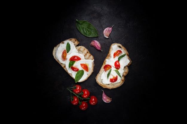 Leckeres brot mit käse und tomaten