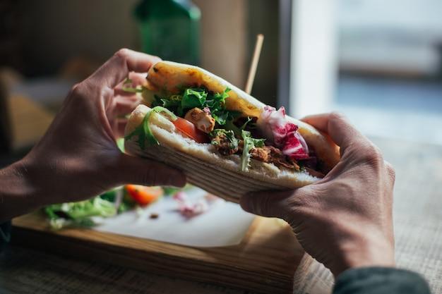 Leckeres chiabatta-sandwich mit hühnchen und salat