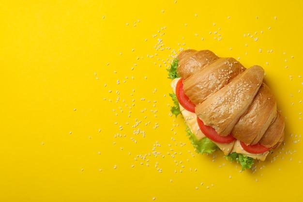 Leckeres croissant-sandwich auf gelb