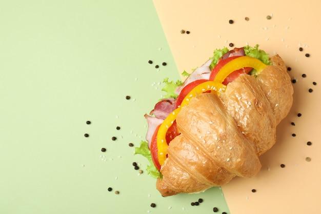 Leckeres croissant-sandwich auf zwei tönen