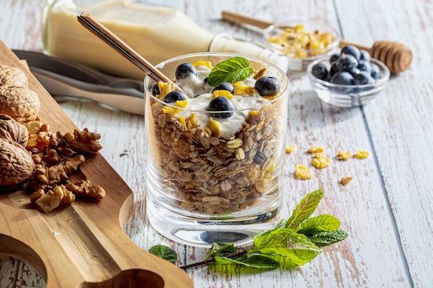Leckeres dessert aus blaubeeren, joghurt und müsli (müsli)