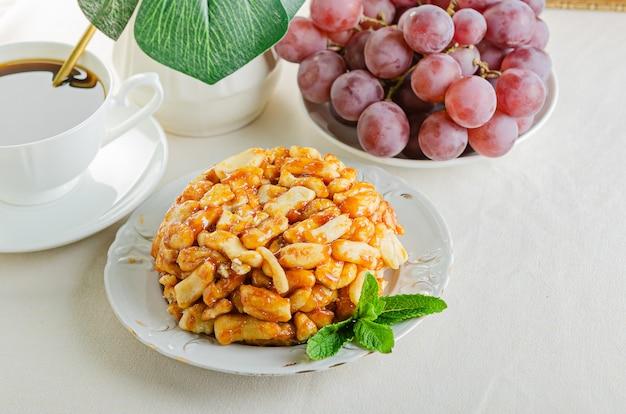 Leckeres dessert aus teig und honig - chak-chak, tatar halva.