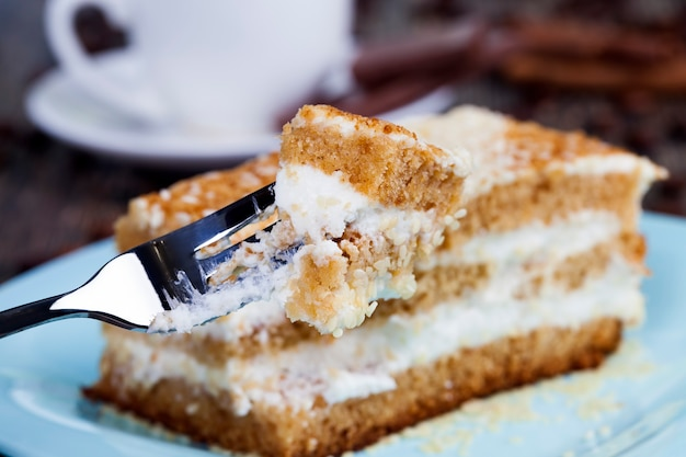 Leckeres dessert aus vielen zutaten, kalorienreiches gebäck zum abschluss des mittagessens, süßwaren