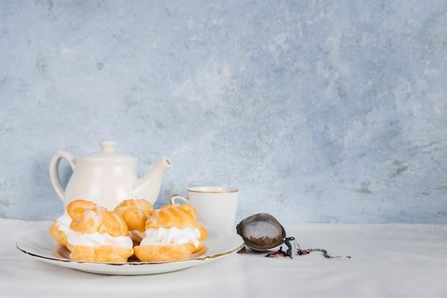 Leckeres dessert neben tee