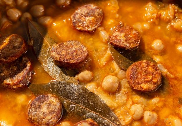 Leckeres essen mit chorizo-wurstzusammensetzung