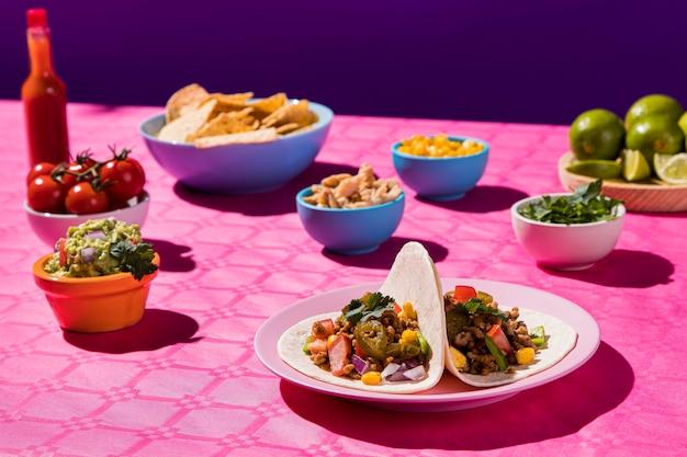 Leckeres essen mit tacos und pommes