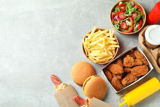 Leckeres fast food auf grauem strukturiertem tisch