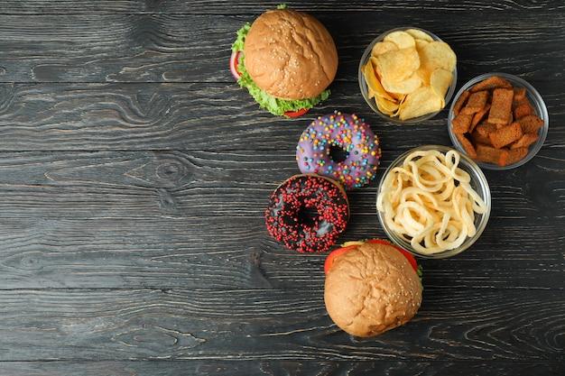 Leckeres fast food auf rustikalem holztisch