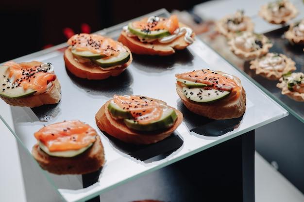 Leckeres festliches buffet mit canape und verschiedenen leckeren gerichten
